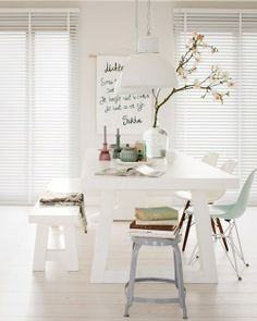 Comedor moderno en blanco con bellísima mesa y banco de picnic y sillas Eames   Beautiful modern dining area in white with picnic-style table and bench and Eames chairs · ChicDecó