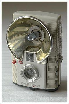 Kodak Camera, Box Camera, Retro Camera, Movie Camera, Camera Lens, Antique Cameras, Old Cameras, Vintage Cameras, History Of Photography
