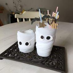 ハロウィンDIY♪簡単可愛いミイラカップの作り方♪パーティーの飾りや入れ物、英語レッスンの子供向け工作にも♪ Halloween Photos, Photo Booth, Mugs, Tableware, Crafts, Halloween Shots, Photo Booths, Dinnerware, Manualidades