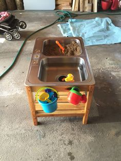 Sand and water table made from pallet wood and an old kitchen sink Mesa de arena y agua hecha Kids Outdoor Play, Kids Play Area, Backyard For Kids, Play Areas, Outdoor Games, Outdoor Fun, Outdoor Ideas, Backyard Ideas, Kitchen Sink Diy
