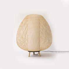 Feita de bambu trançado, esta luminária é uma belíssima criação da designer Ay Lin Heinen.
