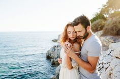 Soft and warm light coming in from off camera, wearing light and cool colors to match the area. Beautiful engagement session couple. - Hochzeitsfotograf Sascha Kraemer