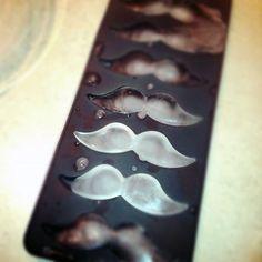 カイゼル髭が作れるアイストレー【Mustache Ice Cube Tray】|インテリアハック