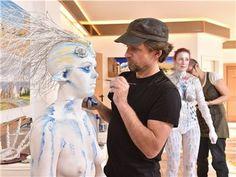 Der Künstler Ralf Czekalla aus Luchau setzte am menschlichen Körper mit Pinsel, Farbe und Sprühpistole seine Vorstellungen zum Thema Winter um.