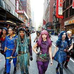 The Descendants, Cameron Boyce Descendants, Disney Channel Movies, Disney Channel Descendants, Descendants Costumes, High School Musical, Princesas Disney Dark, Cheyenne Jackson, Mal And Evie