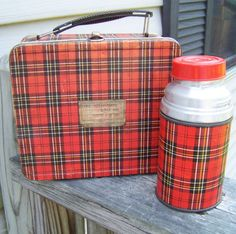 I just love this! It reminds me of old lunch boxes that ended in 1985. Now all you can find are made of plastic.
