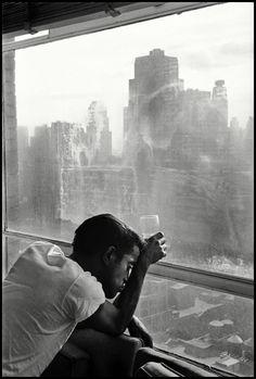 Une exposition Magnum Gallery à New York lève le voile sur les premières années de l'agence à travers une nouvelle sélection de photographies, actuellement visibles au National Arts Club et disponibles en ligne.