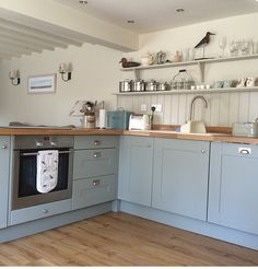 Pale blue kitchen מדפים במטבח