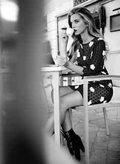 Black and white flower dress.Outside my fave Italian coffee place, but I can't tell u where it is or the pap's will be over the place in min's!