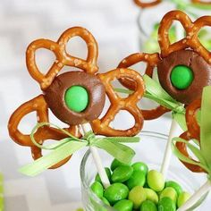 Patrick's Day is right around the corner! Do you send in treats for your kids classroom or take treats in to work? If so, try out these Shamrock Pretzel Pops. Not only are they delicious, but they're easy to make and just so darn cute! Holiday Treats, Holiday Recipes, Holiday Fun, Festive, Holiday Candy, Fun Recipes, Holiday Foods, Baking Recipes, Cookie Recipes