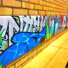 Dit vinden leerlingen leuk! De kleurrijke rugplanken van fullcolour bedrukt bisonyl in samenwerking met Roofer.tv maken van een functionele wandbank een echte blikvanger.  Gerealiseerd juni 2012 Fioretti College Lisse.