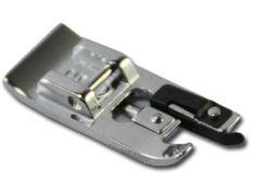 Le pied overlock s'utilise pour arrêter le bord des tissus avec le point overlock et même le zigzag. L'avantage est qu'on appuie le bord du tissu sur la lame noire et ainsi, on suit parfaitement la lisière.