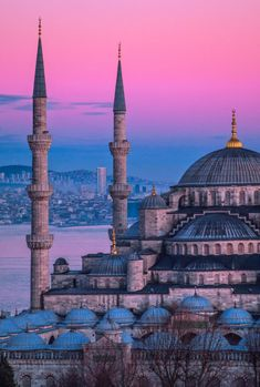 If you're heading to Turkey and looking for the best things to do in Istanbul look no further. Here are all the best things to do, plus where to stay, and what to pack for a trip to Istanbul. Day Trips From Istanbul, Visit Istanbul, Istanbul Travel, Hagia Sophia, Cheap Places To Travel, Cool Places To Visit, Wallpaper Ciudades, Mekka Islam, Roman Empire