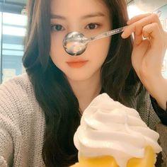 Human Poses Reference, Uzzlang Girl, Ulzzang Korean Girl, Aesthetic People, Best Face Products, Animes Wallpapers, Krystal, Kpop, Selfies