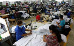 Honduras: 25,000 empleos y 7 nuevas empresas tendrá la maquila  Los empresarios del sector manufacturero prevén una inyección entre $350 millones y $400 millones. Se proyecta alza en la fabricación de arneses y partes de autos. Operarios trabajan en la confección de camisas en una maquila de la zona norte del país.