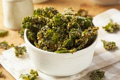 Do your snack cravings have you reaching for potato chips? Drop the store-bought bag and try this better-for-you baked kale chips recipe. It's the same crunch you love, with the added nutritional benefits of a superfood favorite. Healthy Kale Chips, Cheesy Kale Chips, Homemade Kale Chips, Veggie Chips, Potato Chips, Chips Food, Superfood, High Fiber Snacks, Fingers Food