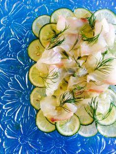 白身魚は、すだちの上に盛る前に十分にオリーブオイルでマリネして。きっちりオイルコーティングすることで、全体がマイルドな味わいに。|『ELLE a table』はおしゃれで簡単なレシピが満載!