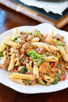 Cheesy Chicken Bacon Broccoli Pasta This is like an ultra creamy, cheesy broccoli soup with bacon, chicken, and pasta! Seriously what on earth could be better? Cheesy Broccoli Soup, Broccoli Pasta, Cheesy Chicken, Chicken Bacon, Bacon Pasta, Chicken Pasta, Broccoli Chicken, Broccoli Florets, Pasta Recipes