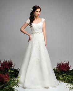 Zartes und romantisches Brautkleid, A-Linie mit Spitzenärmelchen / romantic wedding dress, sleeves with laces by Elegance-Fashion via DaWanda.com