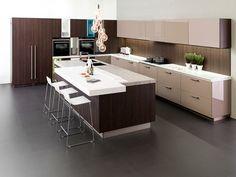 Moderne praktisch gestaltete Küche mit Kochinsel mit Essplatz