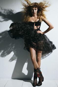 Vogue Paris, octobre 2008 http://www.vogue.fr/mode/inspirations/diaporama/la-petite-robe-noire-1/9555/image/569776#vogue-paris-octobre-2008