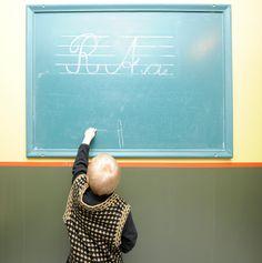 Lasten kaupungin 1930-luvun kansakoululuokassa pääsee leikkimään koulua. Kuva: Sakari Kiuru / Helsingin kaupunginmuseo. Helsinki, Finland, Museums