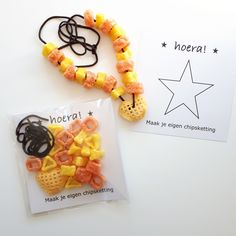 Make your own crisps necklace favor idea Little Presents, Little Gifts, Sloppy Joe, Bottle Label, Make Your Own, Make It Yourself, School Treats, Birthday Treats For School, Boy Birthday
