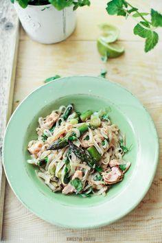 Spaghetti di riso con asparagi e salmone al forno