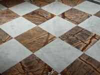 PŁYTKI NA PODŁODZE UŁOŻONE W SZACHOWNICĘ: Jeden z najpopularniejszych wzorów na podłodze – szachownica – to wciąż modny układ płytek na posadzce. Pasuje do wnętrz w różnych stylach. Contemporary, Rugs, Home Decor, Farmhouse Rugs, Decoration Home, Room Decor, Home Interior Design, Rug, Home Decoration