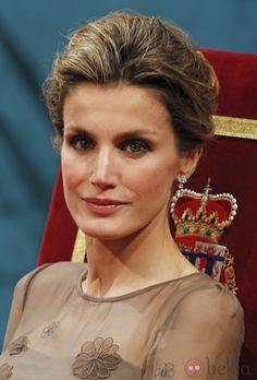 10666_los-pendientes-y-el-maquillaje-de-dona-letizia-en-los-premios-principe-de-asturias-2011.jpg (980×1447)