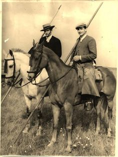 Doma vaquera estampas camperas this is a really old photo, the horse on the right is mostly Thoroughbred, the one on the left is mostly Spanish