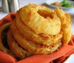 No one can resist a batch of crunchy and crispy onion rings straight out of the fryer. This recipe for Crunchy Buttermilk Onion Rings will show you just how easy and delicious it is to make your own onion rings at home. Easy Appetizer Recipes, Appetizers, Snack Recipes, Kombucha, Homemade Onion Rings, Buttermilk Recipes, Onion Rings Recipe Buttermilk, Cornbread Recipes, Buttermilk Pancakes
