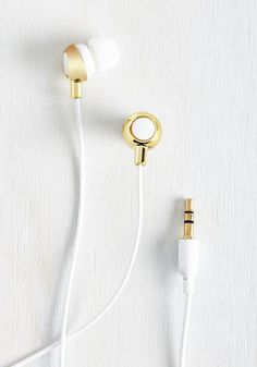 School onlookers in stylish jamming each time you sport these white earbuds out 'n' about. Customizable with three sizes of comfortable ear tips, designed with an ergonomic fit, and boasting solid bass to their sound, these gold-touched headphones are bebopin' blissful!