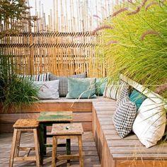 idee-amenagement-jardin-avec-un-banc-en-planchers-et-coussins-d-extérieur. Outdoor Seating, Outdoor Rooms, Outdoor Gardens, Outdoor Living, Outdoor Decor, Diy Pergola, Pergola Kits, Pergola Ideas, White Pergola