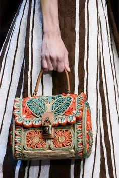 sac bohème chic orné de motifs au crochet et robe rayée en blanc et marron