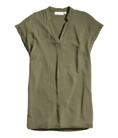 Short-sleeved V-neck tunic in woven fabric with slits in the sides.