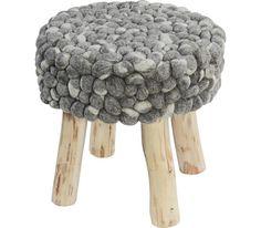 Trendiger Hocker aus Holz und Schafwolle - praktisch und stabil