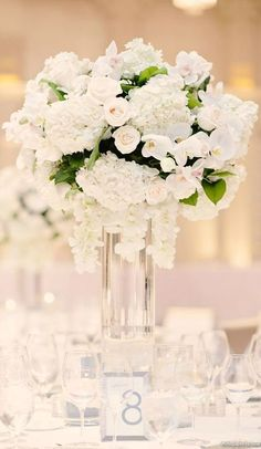 White Winter wedding centerpieces ideas An idea for the centerpiece with orchids (but for me it is too white, I would like a little more color like powder etc) White Flower Centerpieces, Winter Wedding Centerpieces, Winter Wedding Flowers, Wedding Flower Arrangements, Wedding Table, Wedding Bouquets, Wedding Decorations, Centerpiece Ideas, Winter Weddings