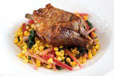Báránylapocka piros mángolddal és kukoricával Beef, Dishes, Food, Meat, Plate, Utensils, Hoods, Meals, Ox