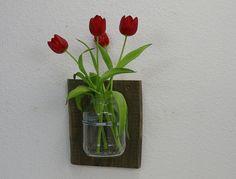 Vase für die Wand - Upcycling-Idee - altes Gurkenglas auf Holzbrett http://de.dawanda.com/shop/SchlueterKunstundDesign