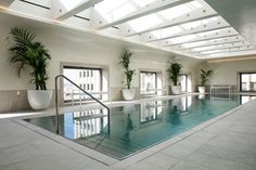 Impressive Design of a Modern Glass and Concrete Pool House in Belgium Visual Merchandising, Madrid Hotels, Concrete Pool, Indoor Swimming Pools, Design Blog, Store Design, Hotel Interiors, Design Furniture, Grand Hotel