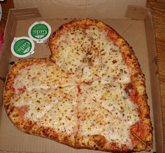 papa johns The best cheese pizza ever. Pizza Hut, Heart Shaped Pizza, Food Porn, Edible Food, Love Pizza, Snacks, Junk Food, Love Food, The Best