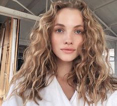 5 Hairstyles That Look Way Better on Dirty Hair - Amately Cabelo Natural 3c, Blonde Curly Hair Natural, Brown Blonde Hair, Hair Color For Black Hair, Blonde Hair Perm, Beach Wavy Hair, Girls With Blonde Hair, Long Blonde Curly Hair, Brown Curly Hair