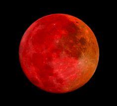 le photographe Joseph Brimacombe a créé cette stupéfiante image d'une Lune rouge sang lors de la dernière éclipse du 10 décembre 2011 dernier. Elle est le résultat de la combinaison des images prises lors du passage dans la pénombre et celles prises pendant l'éclipse totale.