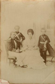 Família Real Portuguesa, Rei D.Luís e Rainha D.Maria Pia com os filhos (1870-72) OLIVEIRA – FOTOGRAFIA CENTRAL, C. 1870-72