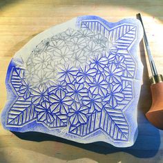 Doucement mais sûrement... le tampon hortensia origami prend forme. #hortensia #origami #hydrangea #stampcarving #handcarved #handcarvedstamps #tamponencreur #tamponsgraves
