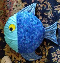 Fischkissen Fish-Pillow Fish Pillow, Baby Quilts, Pillows, Sea, Scrappy Quilts, Sew Pillows, Pisces, Animales, Handarbeit