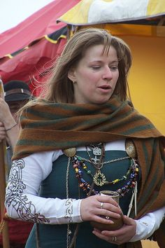An-Tir May Crown 2007 - Look at the embroidery on that sleeve!!