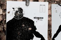Posters feitos com tiros divulgam 3ª temporada de 'The Walking Dead' no Brasil http://www.bluebus.com.br/posters-feitos-com-tiros-divulgam-3a-temporada-de-the-walking-dead-no-brasil/