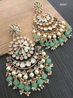 Indian Bridal Jewelry Sets, Indian Jewelry Earrings, Jewelry Design Earrings, Gold Earrings Designs, Ear Jewelry, Cute Jewelry, Antique Jewellery Designs, Fancy Jewellery, Stylish Jewelry